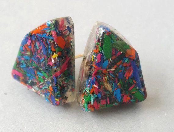 Harz Ohrstecker Ohrringe mit Farbe Bleistift Späne. Diese Ohrringe sind in transparentem Harz mit verschiedenen Farben von Bleistiften gegossen Späne gemischt. Wählen Sie zwischen zwei Modellen. Das Objekt, das Sie auf dem Bild zu sehen ist, die Sie erhalten. Je Stück Harz wird auf eine gold plattiert Ohrring Basis geklebt.  Kleine, einzigartige und lebendige, sind diese Ohrringe mit jedem Outfits tragbar.  Die Ohrringe sind mit einen Ohrring Karte 3d auf einem Bambus-Filament gedruckt. Alle…