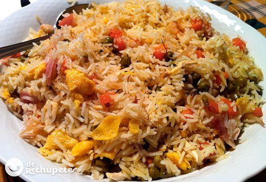Arroz frito, el arroz chino a la española, con tres ingredientes principales: gambas, tortilla y jamón cocido. Preparación paso a paso, foto y historia.