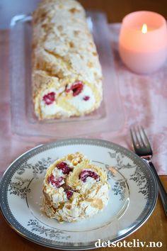 Nydelig og lett rullekake med vaniljemarengs, pisket fløtekrem og bringebær!