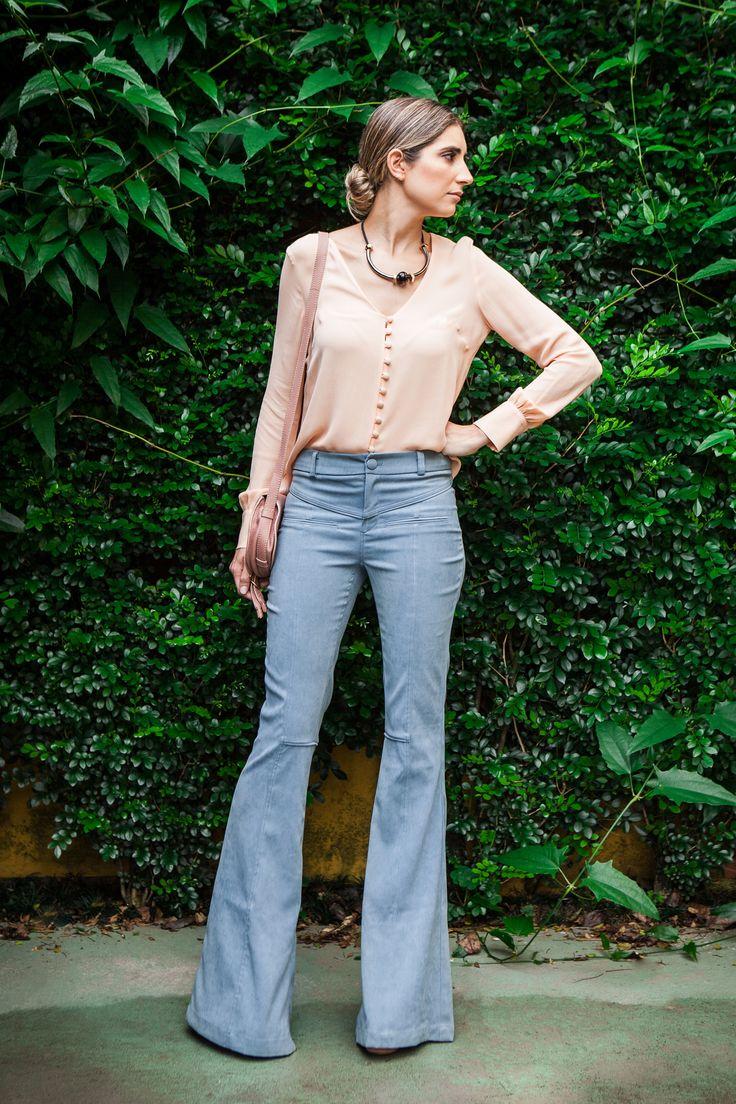 Calça Siena em tecido com aspecto de chamois. Modelagem flare. Pala frontal e traseira com vivos inseridos na costura. Botão revestido com próprio tecido.