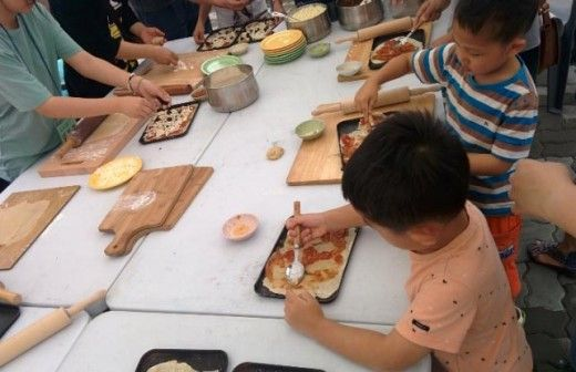 5 amazing community markets in Seoul - pizza making at Neujang Market