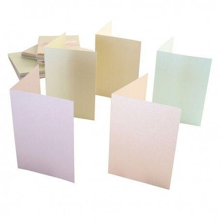 SET 50 CARTE E BUSTE A6 - PASTEL PEARLESCENT Set da 50 carte per lettere e per inviti, di formato A6 e di colore pastello perlescente. I cartoncini sono in carta da 250 grm, senza acidi e senza lignina. Dimensioni: 105x148 mm