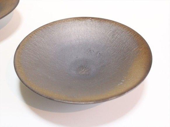 燻金(ゴールド)の浅鉢光の角度により表情が変わる釉薬が魅力の器です。縁の部分は金色に窯変しています。普段使いの器になってもらえたら、嬉しいです。Size口縁1...|ハンドメイド、手作り、手仕事品の通販・販売・購入ならCreema。