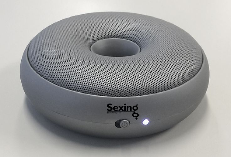 Zo klein als een cd, maar zoveel meer mogelijkheden op het gebied van muziek!  De Lexon Hoop speaker heeft een Bluetooth-ontvanger om draadloos muziek te streamen van je smartphone en een oplaadbare accu om hem overal mee naartoe te nemen!  Twee luidsprekers van 3 Watt zullen je versteld doen staan! Inguran Europe maakte hun relaties erg blij met dit eindejaarsgeschenk.