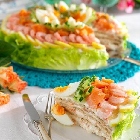 Godaste smörgåstårtan förbereds dagen före kalaset och garneras med lax, räkor och ägg strax innan den ska serveras.