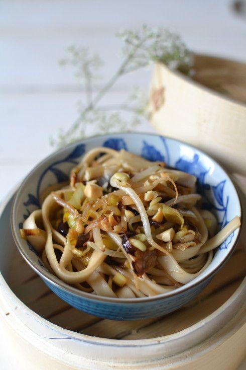 Somen poireaux, pousses de soja & cacahuètes http://www.lesrecettesdejuliette.fr/article-nouilles-chinoises-sautees-aux-poireaux-pousses-de-soja-cacahuetes-124737642.html