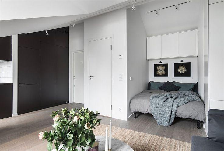 Sovalkov med 140 cm säng och draperi. Förvaringsskåp ovan säng samt platsbyggd garderob med lådor.