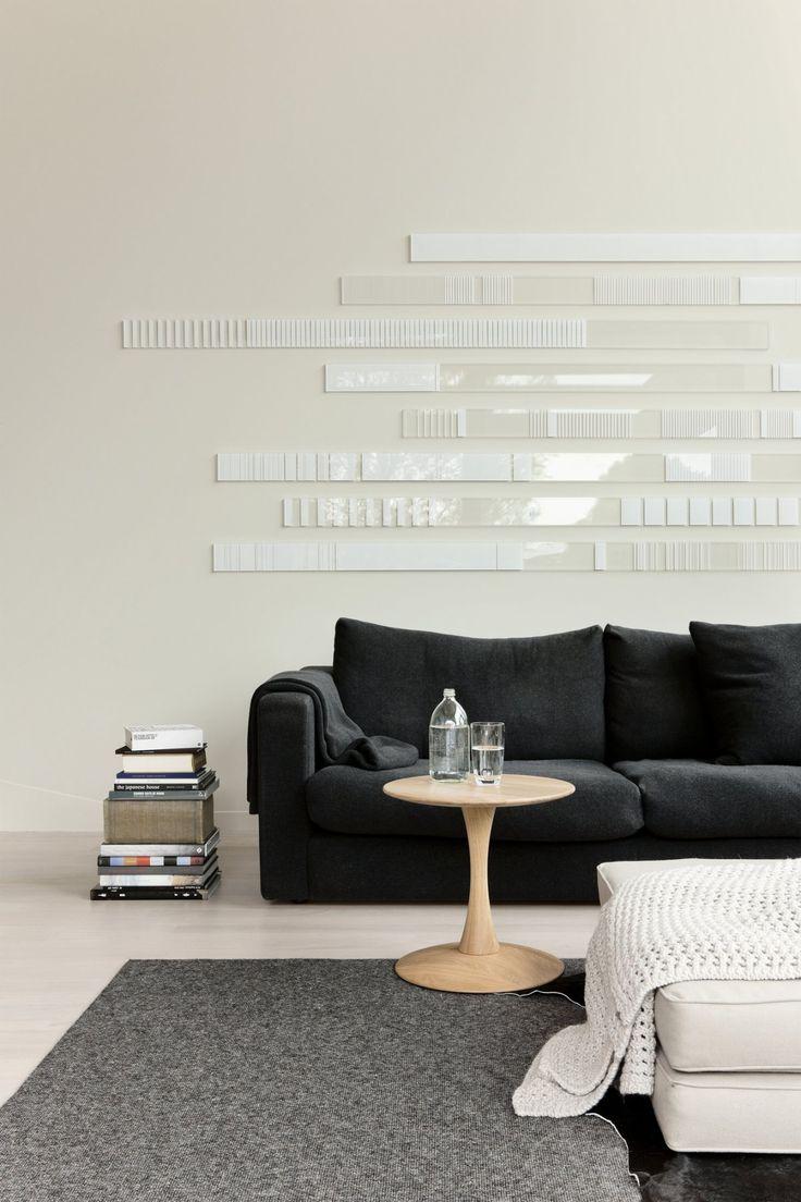 Me gusta la composición en la pared y la pila de libros al lado del sofá