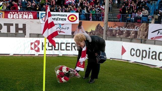 Margarita Luengo deja cada partido del Atlético en el Calderón un ramo de flores desde hace 17 años en homenaje a Milinko Pantic.