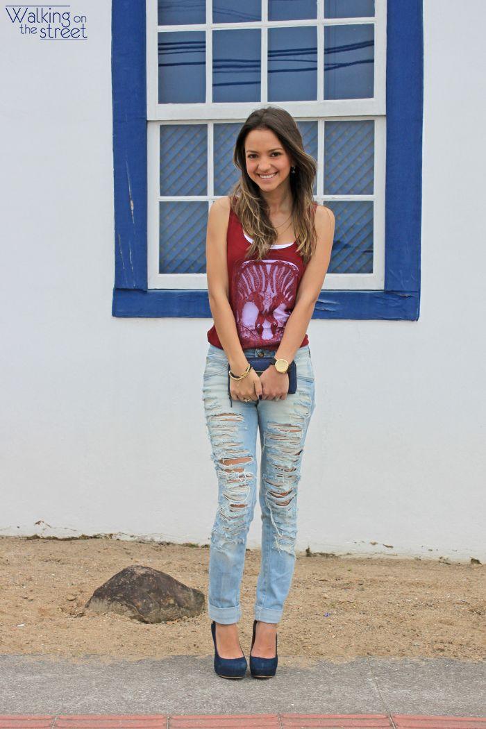 Look calça jeans destroyed blusa caveira