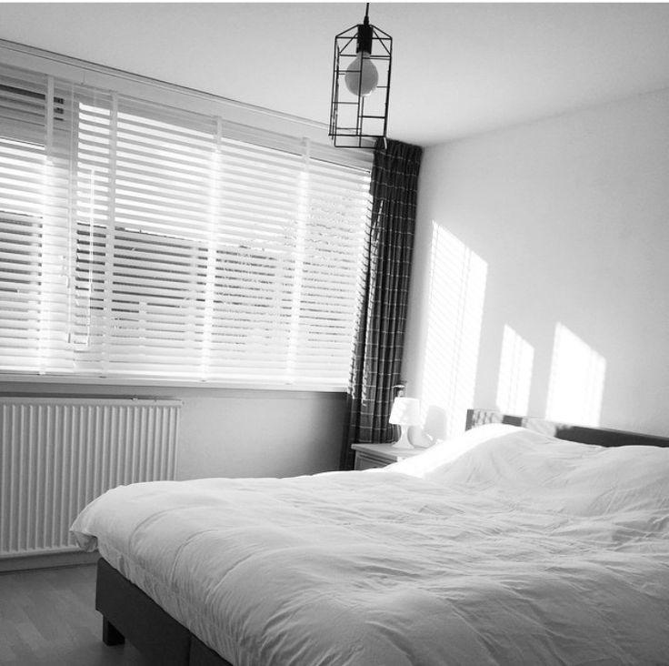 Houten jaloezieen geven een mooie en sfeervolle lichtinval in de slaapkamer. Vraag gratis kleurstalen aan bij Rolgordijnwinkel.nl | www.rolgordijnwinkel.nl | houten jaloezie | Rolgordijnwinkel.nl #houtenjaloezieen #rolgordijnwinkel.nl