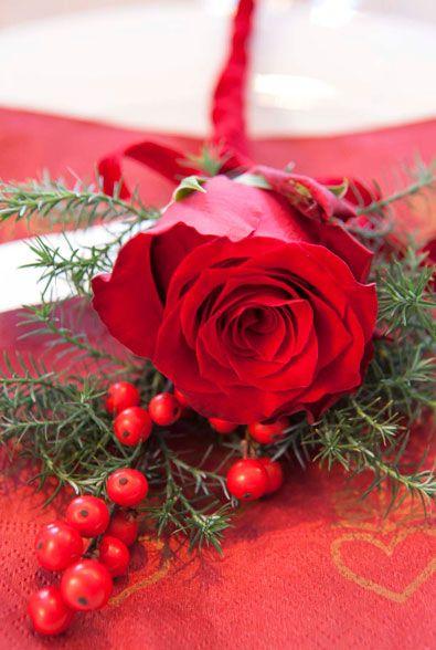 Rose, grønt og ilex kan bindes sammen med et bånd og du får en fin kuvertblomst.