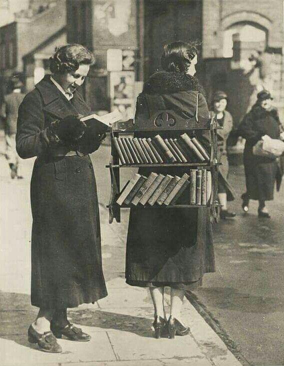 #foto che hanno segnato un'epoca Una libreria ambulante, Londra anni '30