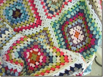 Pretty summer cottage blanket, by Kristen of Cozy Things - nice blog. #crochet #granny_squares #blanket