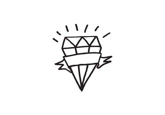 Tattyoo édite des tatouages éphémères pour adultes et enfants,conçus avec amour en Suisseet imprimés avec les normes de sécurité les plus élevées aux États-Unis. Le graphisme de ce tatouage a été créé parNed Corbett-Winder, le créateur deNot another bill,une box mensuelle anglaise qui permet de faire découvrir à ceux qui s'abonnent des artistes, des marques... Tattoo Diamond