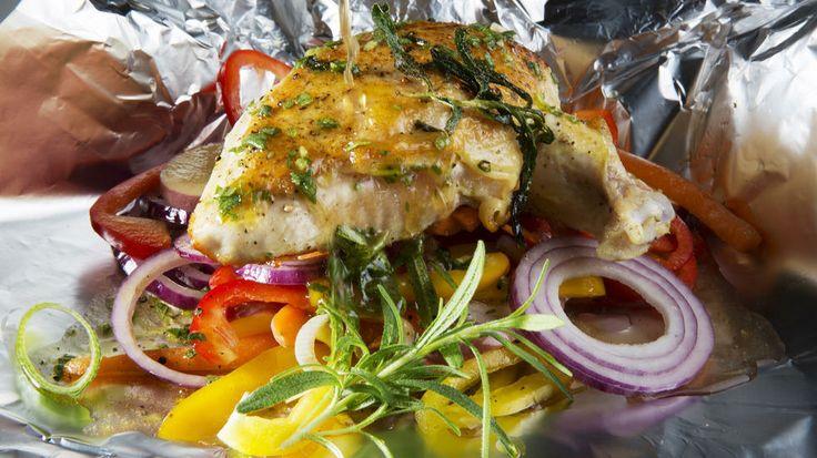 Kylling- og grønnsakspakker - Kokkeskolen gir deg kylling pakket i folie med bakte grønnsaker. Genial mat for alle anledninger. Hjemme i ovnen, på grillen eller rett i bålglørne.