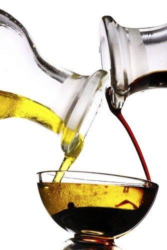 В небольшой банке смешайте оливковое масло, уксус, измельченный чеснок, соль и перец. Закройте крышкой и хорошо потрясите.