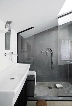 Une salle de bain sous les combles. Si l'espace est réduit, une douche à l'italienne avec une vitre en verre agrandira votre espace.