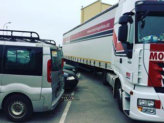 Vykladka trochu natesno... @krtekzmutek Jirka Martinec, diky! #mosslogistics #moss #mosstruck #vykladka #unloading #truckinglifestyle #smossempoevrope #ontheroad #truck #trucking #iveco #ivecotruck