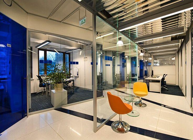 Научно-исследовательский центр Schlumberger  на Мосфиьмовской в Москве. Большие плоскости наружного и внутреннего остекления обеспечивают особую коммуникативность  пространства; смысловую, визуальную и функциональную. Рабочие будни протекают в тесном контакте клиентов и сотрудников, на фоне мегаполиса.