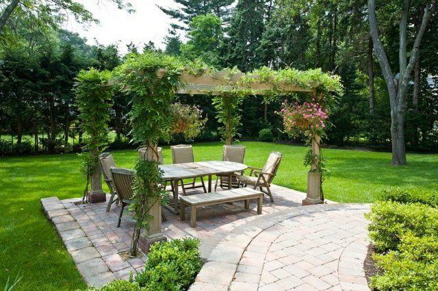 salle à manger extérieure avec pergola et couverture végétale