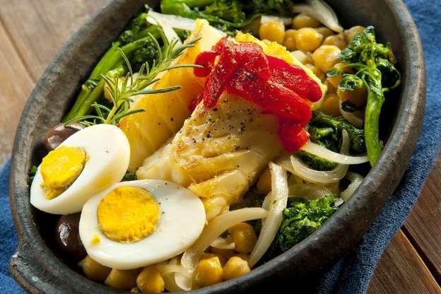 Bacalhau com grão-de-bico e brócolis