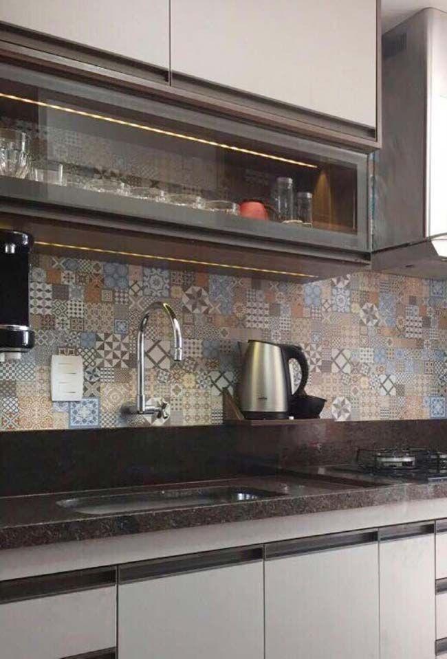 Cozinha Escura Com Movel Branco E Granito Marrom Castor Com