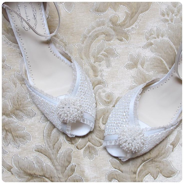 Sapato feito sob medida com muito amor e cuidado para minha noiva querida @raqpolitagarcia . Todo em seda, passamanaria e bordado. ❤️❤️❤️ #sapatodenoiva #sapatosobmedida #sapatofeitoamao #sapatobordadoamao #AlineAlmeidaPrado
