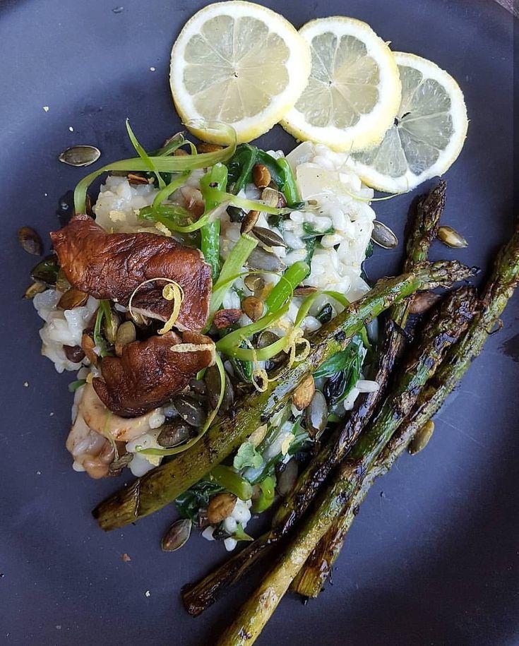 🍾Vitvins-risotto med shitakee-svamp 🍾Plankstek med @eat_oumph filéer 🍾Skagentoast 🍾Viltgryta 🍾Oumph Bourguignon 🍾Vitchoklad-mousse 🍾Tryffel-tallrik 🍾Churros med varm chokladsås 🍾Jordgubbscocktail  Alla recept finns här på vår instagramsida! #veganskt #vegan #nyår #meny #mat