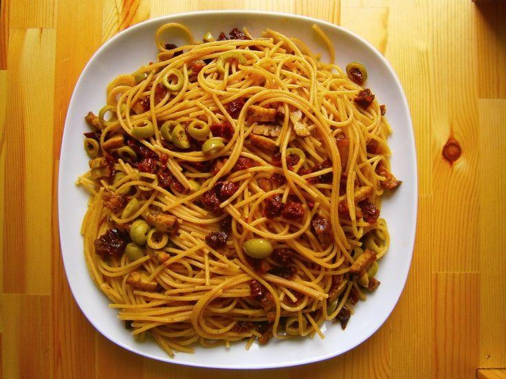 Špagety s tempehem a sušenými rajčaty #vegan #špagety #olivy #tempeh #sušenárajčata