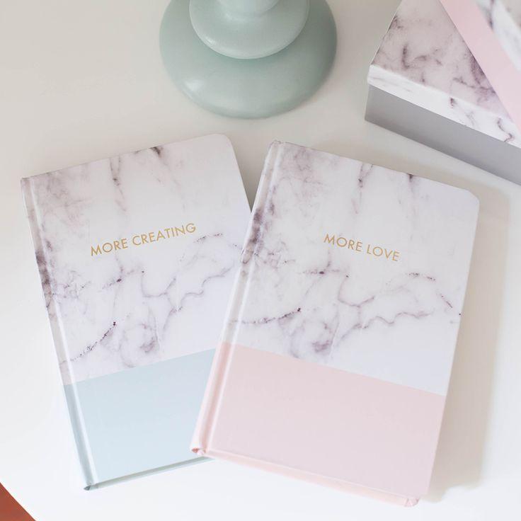 Notebook rilegato con copertina rigida con effetto marmorizzato. Contiene fogli a righe dorati nei bordi. Utile come diario giornaliero e come notebook per gli appunti. Vengono venduti separatamente.Misure (approx) 145x210mm