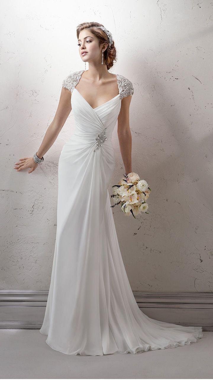 Deze trouwjurk van Maggie Sottero, Rosemary valt sluik. De jurk heeft mooie details zoals de applicatie in de taille en de kap mouwtjes. Bewonder deze jurk bij Covers bruidsmode.