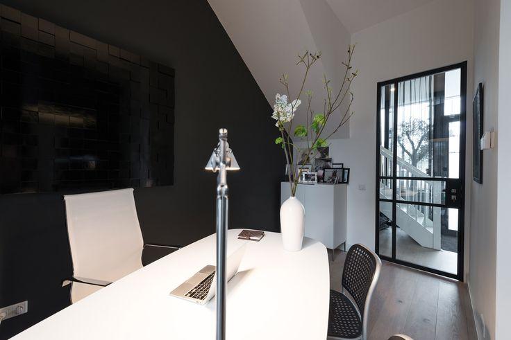 Prachtig ontwerp voor deze enkele draaideur in Amsterdam. Het ontwerp is in samenwerking met de bewoner van dit huis samengesteld en alle werkzaamheden zijn door GewoonGers uitgevoerd. #deur #deuren #interieur #vintage #modern #doors #stalendeur #stalendeuren #pui #interieurontwerp #ontwerp #wonen #design #custommade #industrieel #ruimtelijk #glas #glaswerk #materialen #textuur #poedercoat #RALkleur #architect