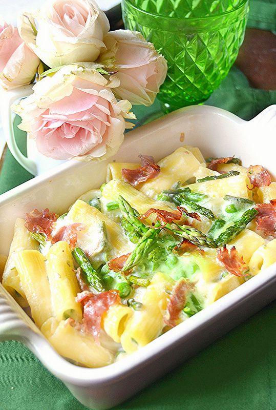 Tortiglioni al forno con asparagi, prosciutto crudo, piselli e basciamella alla ricotta
