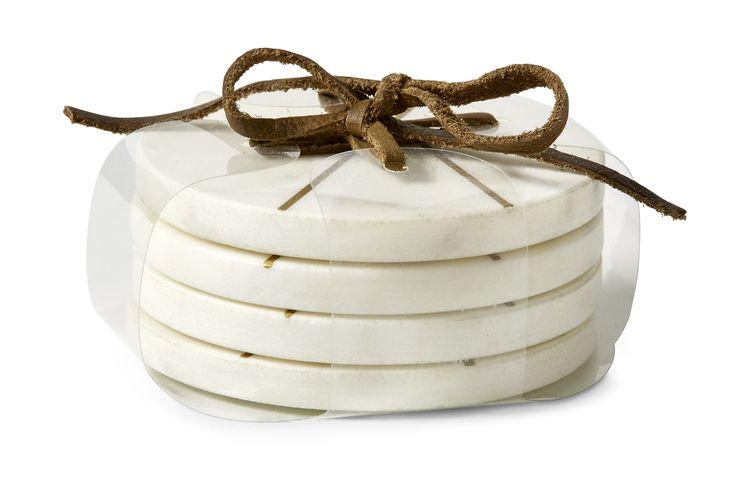 Marmor underlägg med guldmönster är perfekt för att ställa din varma kopp på. Det har en snygg design och en bra funktion som skyddar dina möbler. Säljs i 4-pack.