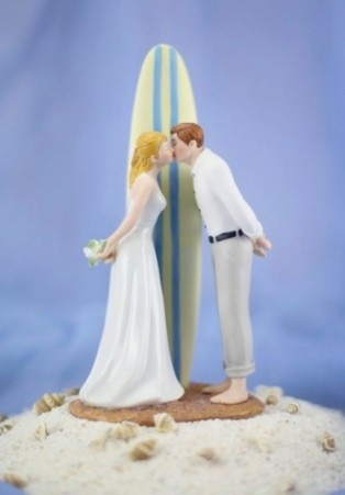 A noiva adora uma praia e o noivo é surfista nos finais de semana? Temos opções de topo de bolo praianos para os amantes do mar.  www.noivinhostopodebolo.com
