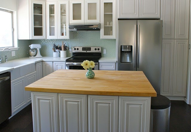 L-shaped kitchen with island.  My favorite layout.  I really like this backsplash, too!  (Even though it's tile . . . I think I could handle this uber-flat, if the grout was more like caulk.) #kitchen
