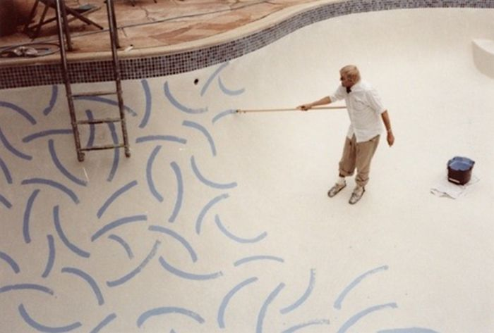 David Hockney bemalt den Boden des Swimmingpools vom Roosevelt Hotel, Hollywood (Jahr unbekannt)