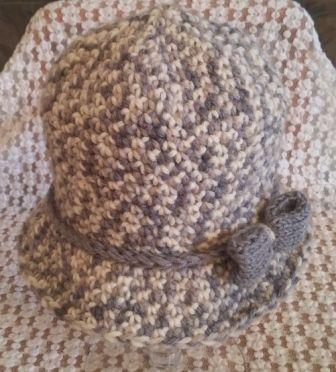 Cloche da donna con fiocchetto laterale. Uncinetto. Crochet.