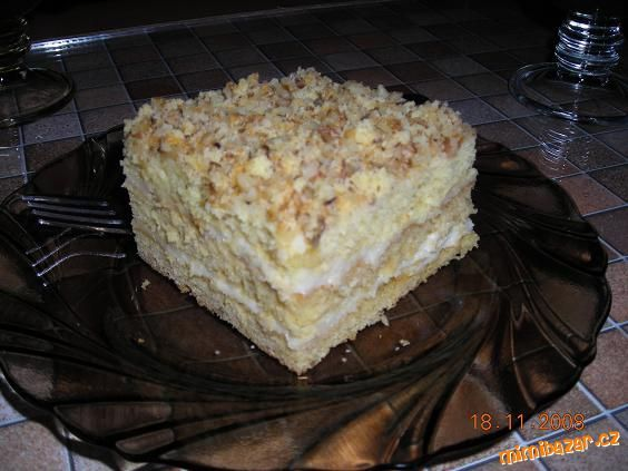 V hrnci rozehřejeme máslo, přidáme med a postupně přisypáváme smícháné sypké suroviny,nalejeme trošk...