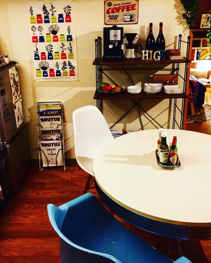 #cafe#dining#interior  出かけてて家に帰ったら黒板ウォールステッカーが無残に剥がれてたので配置換えしました 黒板今までありがとう  #room#myroom#coffee#espressomachine#delonghi#shelf#eams#chair#table#instagood#l4l #インテリア#ダイニング#カフェ#模様替え#イームズ#シェルチェア#シェルフ#棚#コーヒー#デロンギ by _____ysk_____