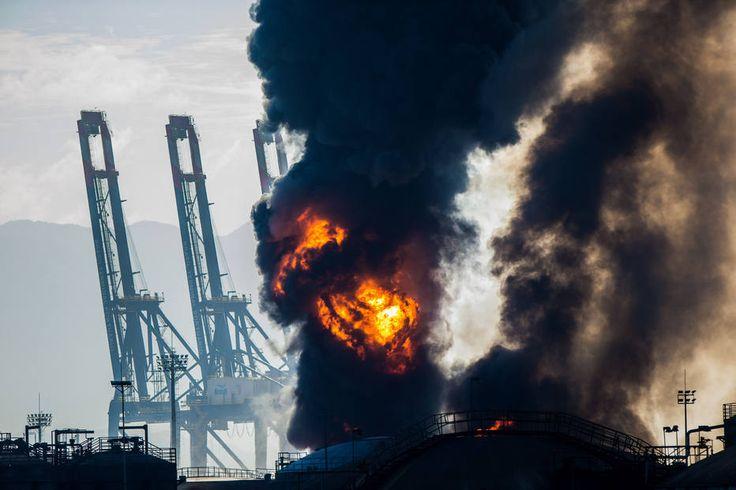 TIAGO QUEIROZ/ESTADÃO - Em abril de 2015, um incêndio de nove dias de duração atingiu cinco tonéis no pátio da Ultracargo, empresa líder nacional em armazenamento de granéis líquidos. A Ultracargo foi multada em R$ 22,5 milhões por danos ambientais e risco à população.