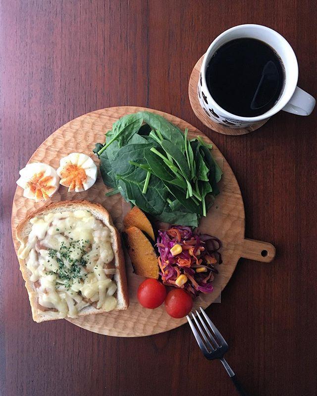 Instagram media by serendipity775 - Today's breakfast. Curry toast with cheese! . 平日朝ごはん。先週夫くんが大量に作ってくれたカレーの残りで、チーズカレートーストを作りました。食パンの表面を8センチほどの正方形に浅く切り抜いて、その中にカレーを入れてチーズを乗せてトーストしました。うん、なかなか美味い . 今週は祝日があるから楽だなー今日も1日頑張ろうっと✨ . #今日のあさごはん#ワンプレート朝ごはん #朝ごはんプレート #朝食プレート #ワンプレートモーニング #ワンプレート朝食 #朝時間 #コーヒー #おうちcafe #クッキングラム #breakfast #instafood #onthetable #onmytable #todaysbreakfast #kurashiru #deliciousfood #coffee #coffeelover #小沢賢一 #カッティングボード #アラビア #パラティッシ #ブラパラ #arabia #paratiisi #cuttingboar...