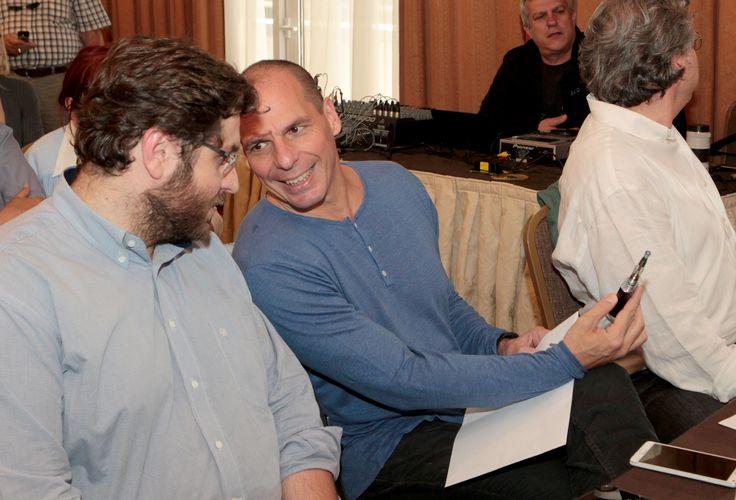 Ο Βαρουφάκης με... ηλεκτρονικό τσιγάρο - ΦΩΤΟ  http://e-fuminggr.blogspot.gr/2015/05/varoufakis-ilektroniko-tsigaro.html #varoufakis   #ilektroniko   #tsigaro