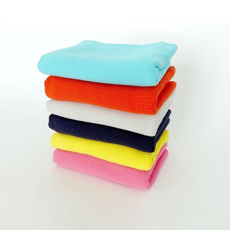 """La serviette de bain EKOBO Home s'inspire de tissus de bain traditionnels Turcs, ou """"peshtemal,"""" conçus d'un matériel absorbant et à séchage rapide. La gamme est certifiée GOTS et OEKO-TEX Standard 100, et chaque pièce est faite entièrement à partir de fil de coton organique ultra-doux. € 26.00"""