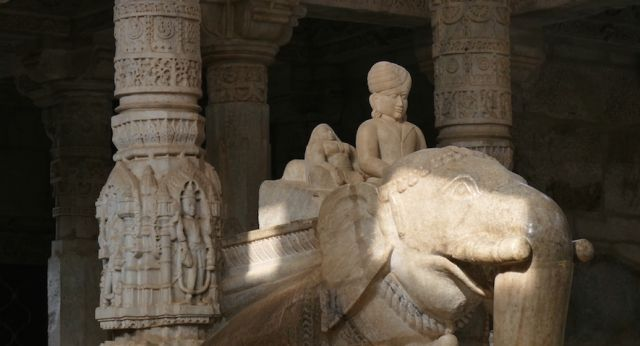 Ranakpur, der Erleuchtete im Jain Tempel