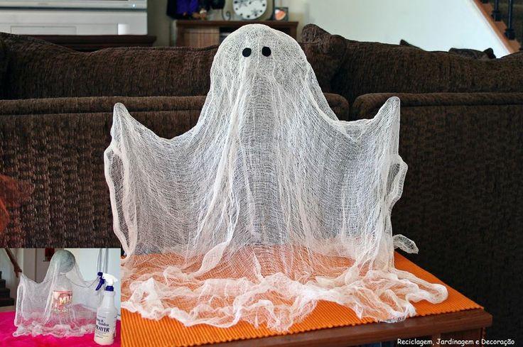 Fantasmas para o halloween... Tão fáceis de fazer: Gaze + Estrutura + Spray de Amido  Estrutura = Garrafa PET + Bola + Arame Spray de Amido = Água + Maizena