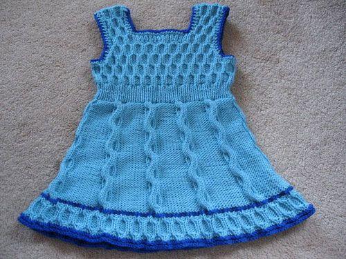 Подробное описание вязания спицами платья для девочки.