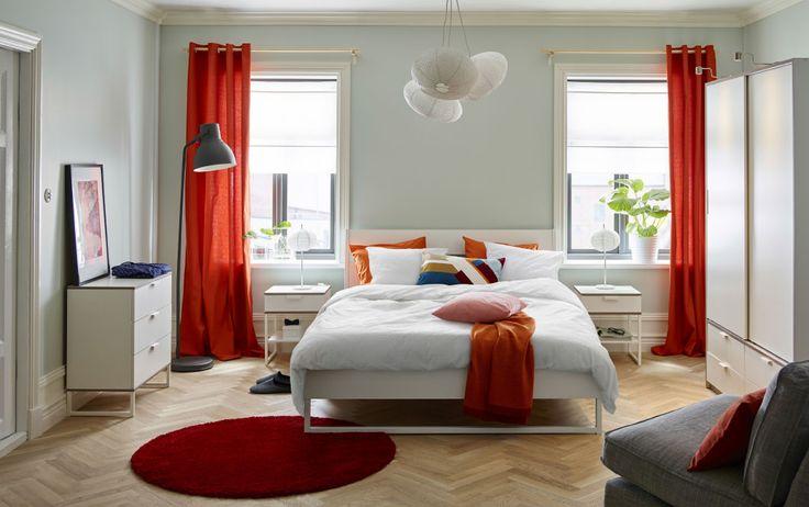 Slaapkamer Groen Wit : wit tweepersoonsbed met beddengoed in oranje ...