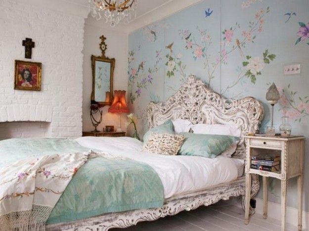 Camera da letto con carta da parati - Letto vintage con motivi floreali sulla testiera